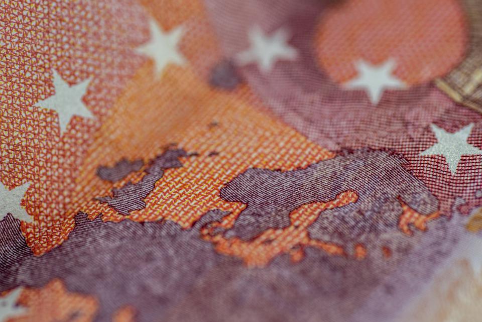 část eurobankovky
