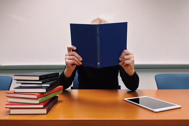 knihy se studentem