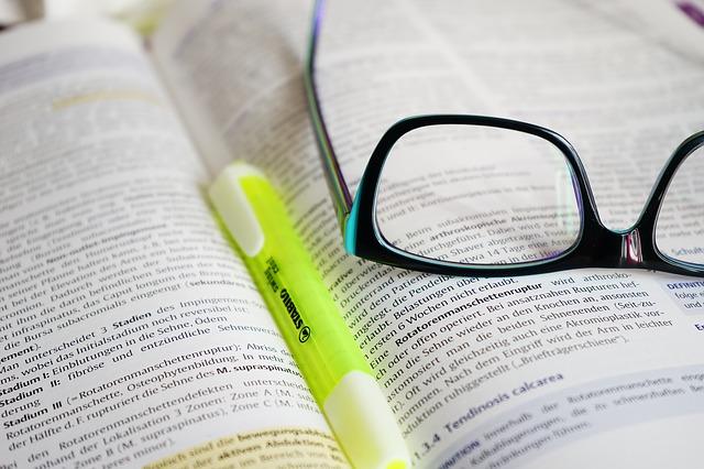 zvýrazňovač a brýle na knize