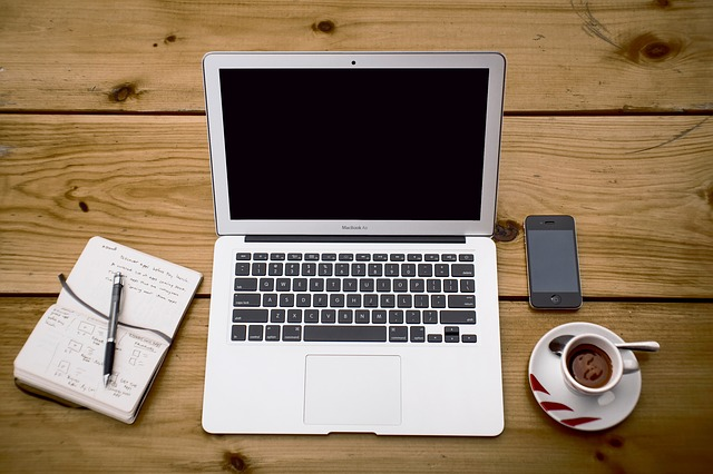 laptop na dřevě